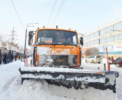 Полторы сотни машин выехали убирать снег в Харькове