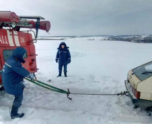 На Харьковщине людей вытаскивали из снежной ловушки