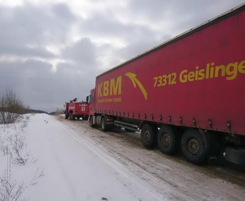 Харьковские спасатели вызволяли транспорт из снежных заносов