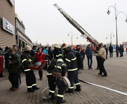 Кемеровское эхо: в Харькове эвакуировали людей из ТРЦ (фото)