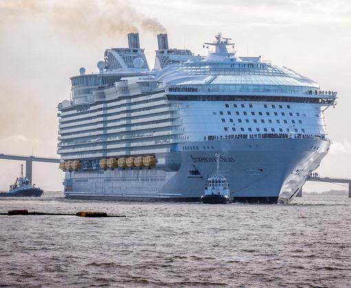 Самый большой корабль в мире отправляется в круиз