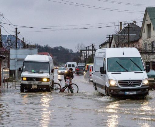 Трассу Киев-Харьков частично затопило: видео