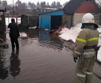 Спасатели откачивают воду во дворах харьковчан