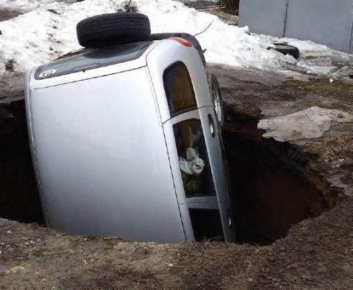 В Харькове в образовавшуюсь после обвала коллектора яму провалился автомобиль