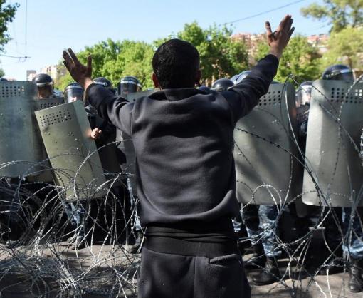 Протесты в Армении: часть военных перешла на сторону митингующих