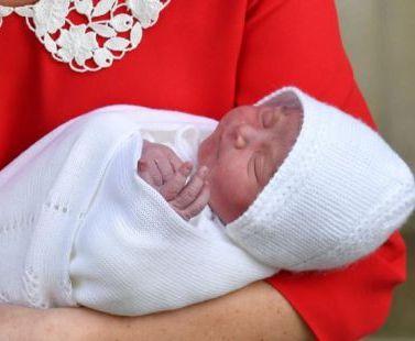 Принц Уильям и Кейт Миддлтон показали новорожденного сына: видео