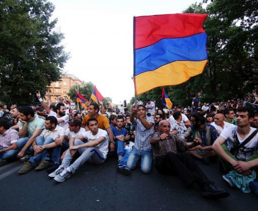 Протесты в Армении: заблокирована дорога к аэропорту и станции метро