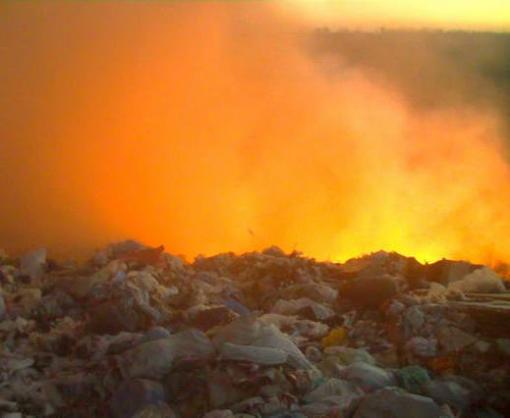 Возле Харькова произошел масштабный пожар на мусорном полигоне