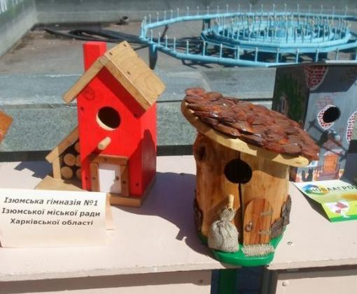 Изюмские школьники сделали для птиц креативные скворечники
