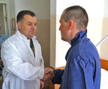 В харьковском военном госпитале побывал министр обороны