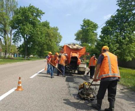 В Харьковской области продолжается ямочный ремонт местных дорог