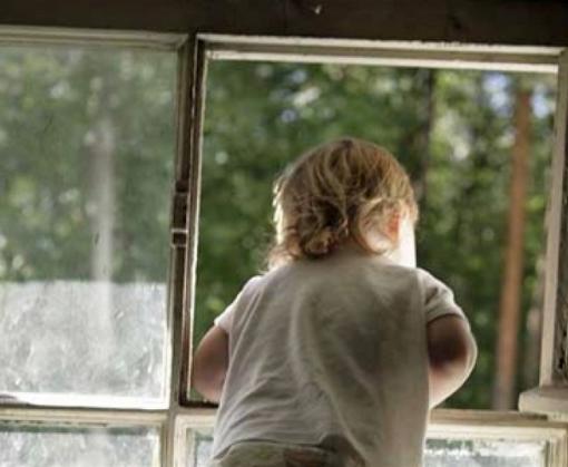 На Харьковщине с балкона выпал полуторагодовалый ребенок