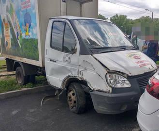 ДТП в Харькове: в стоящую машину влетел молоковоз