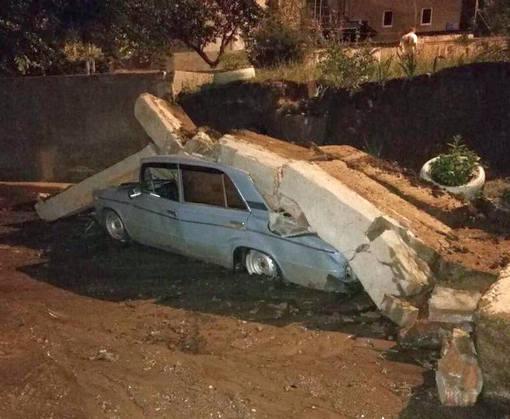 В Харькове на автомобиль рухнули бетонные перекрытия: фото-факты