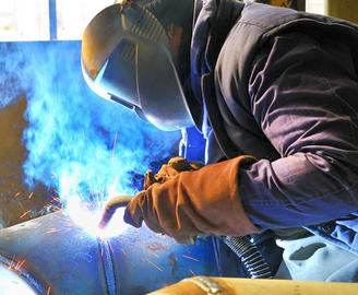 Харьковским коммунальным предприятиям не хватает сварщиков