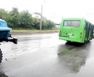 ДТП в Харькове: грузовик влетел в маршрутку, много пострадавших