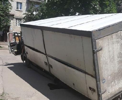 ДТП в Харькове: фура провалилась в яму