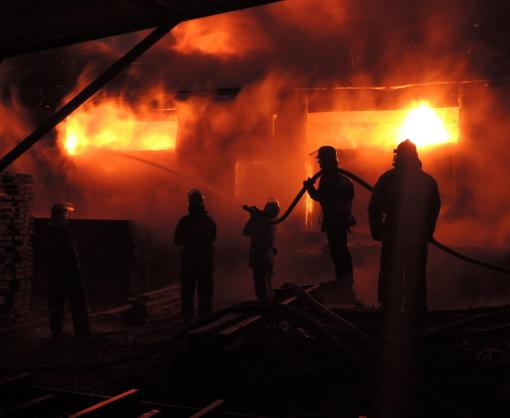 Спасатели тренировались тушить пожар в колонии