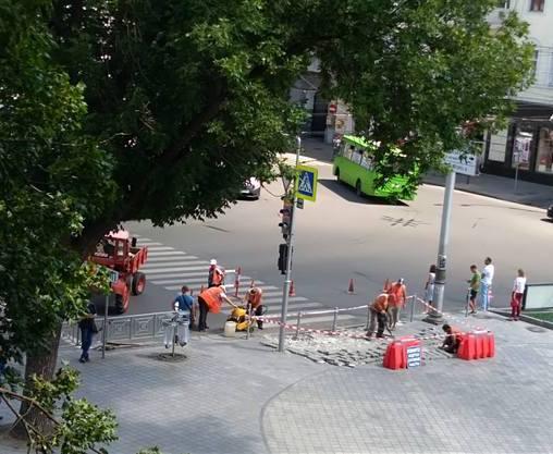 В центре Харькова перекладывают тротуарную плитку