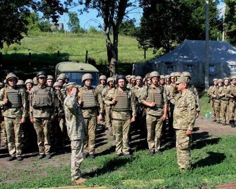 Студенты харьковского вуза отрабатывают армейские навыки