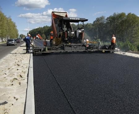 В Харькове на Кузинском мосту ремонтируют асфальтобетонное покрытие
