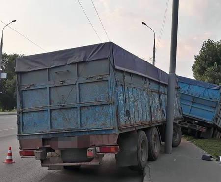 ДТП в Харькове: грузовик с прицепом вылетел на обочину