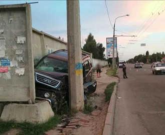 ДТП в Харькове: Сhery врезался в бетонный забор