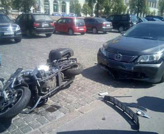 ДТП в Харькове: на площади Свободы сбили мотоциклиста