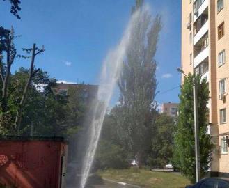 В Харькове на проспекте Науки утихомиривают фонтан
