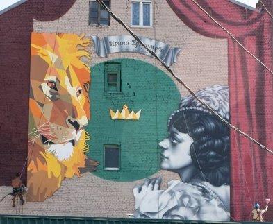 Харьковская дрессировщица загнала льва на стену дома