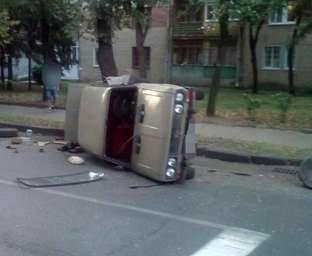 ДТП в Харькове: на ХТЗ перевернулся автомобиль, есть пострадавшие