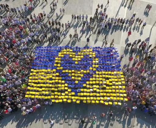 День Государственного Флага в Харькове отметили масштабным флэшмобом