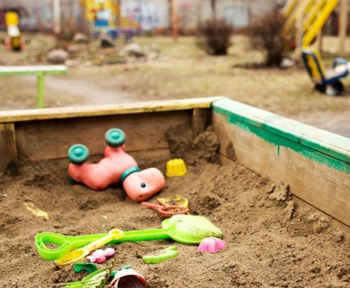Горе-мамаша «забыла» ребенка на детской площадке в Харькове