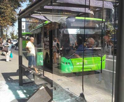 ДТП в Харькове: на Сумской троллейбус врезался в остановку