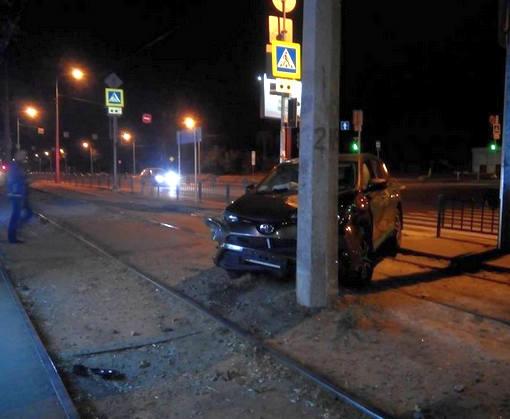 ДТП в Харькове: Toyota врезалась в столб на Клочковской