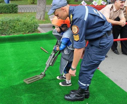 День спасателя: в харьковском парке искали взрывчатку
