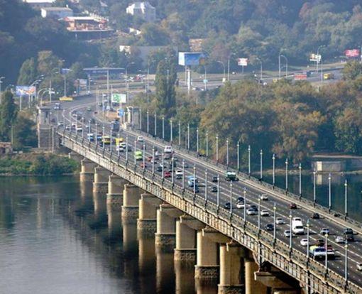 В Киеве «замироточил» мост Патона: видео-факт