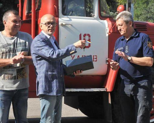 ХТЗ передал службе по чрезвычайным ситуациям пожарную машину с 30-метровой лестницей: фото-факт