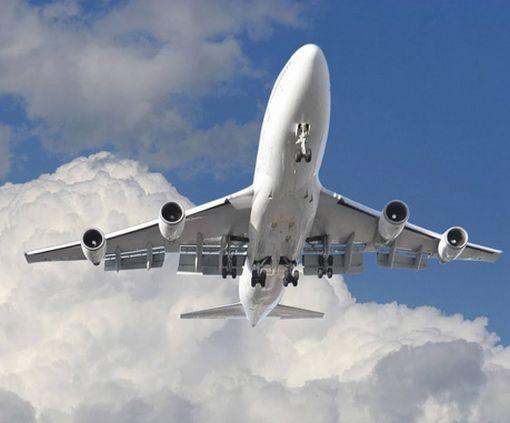 Практически «в лобовую»: пилот самолета снял в небе встречу двух авиалайнеров: видео-факт