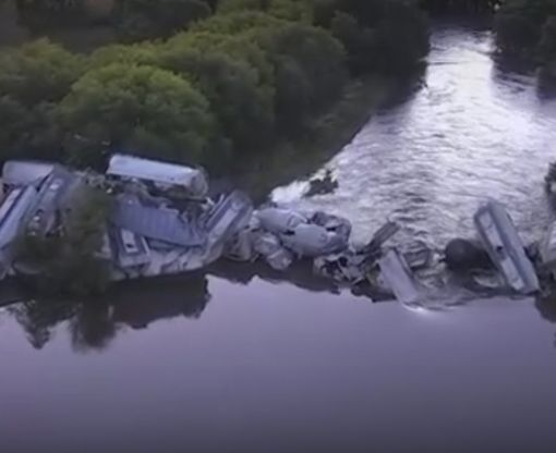 В США поезд упал в реку после обрушения моста: видео-факт