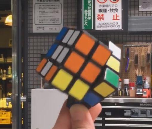 В Японии создали кубик Рубика, который собирает себя сам: видео-факт