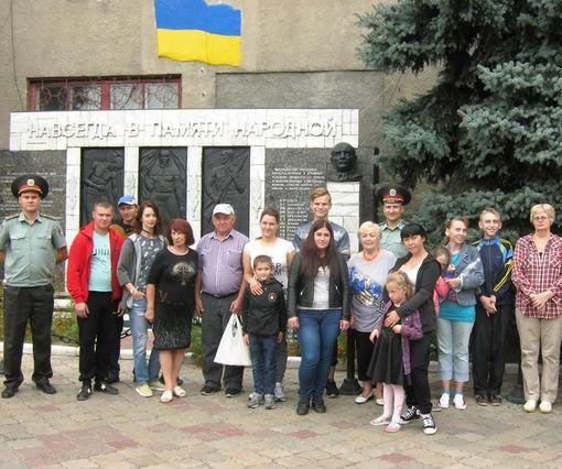 В Харькове родителям устроили торжественную встречу в колонии