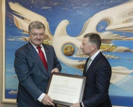 Волкер вручил Президенту Украины Декларацию США по Крыму: фото-факт