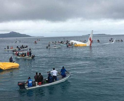 В Микронезии пассажирский Boeing при посадке слетел в океан: фото-факт