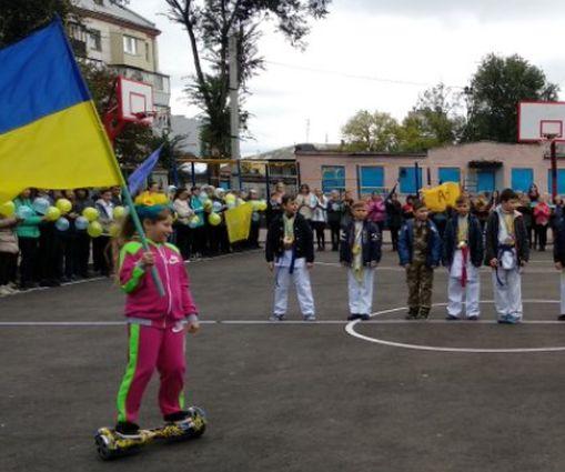 В двух школах Харькова открыли современные стадионы: фото-факт