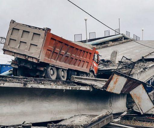 В Сети показали, как мост в России рухнул на поезд: видео-факт