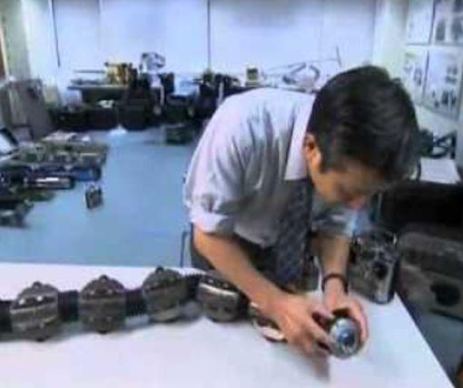 Робот-змея покорил Сеть, взобравшись на лестницу: видео-факт