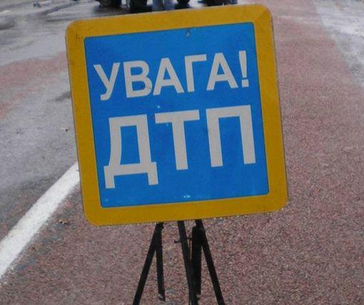 ДТП в Харькове: снесенный столб перегородил шоссе (фото)