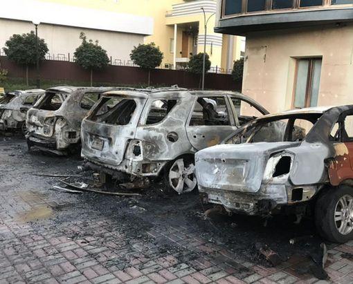 В Сети появилось видео массового поджога автомобилей в центре Харькова
