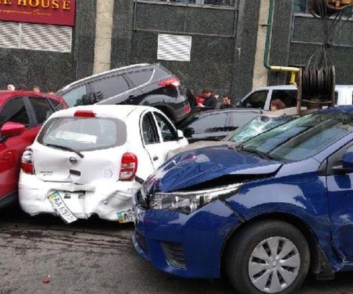 В центре Киева автокран изувечил 17 автомобилей: видео-факт
